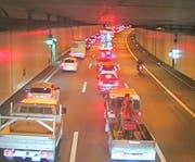 Stau auf der A2 beim Tunnel Schlund in Kriens (17.51 Uhr, Blickrichtung Basel). (Bild: luzernmobil.ch)