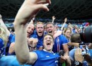 Nach dem 2:1-Sieg gegen England brach der «Vulkan» aus: Island-Spieler Haukur Heidar Hauksson macht ein Selfie mit Fans. (Bild: Keystone/Claude Paris)