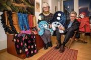 Norbert Schmassmann und Ehefrau Rahel mit einer Kostüm-Auswahl. (Bild: Philipp Schmidli (Luzern, 1. Februar 2018))