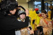 Chorleiterin Monika Hochstrasser kleidet die Sternsingerinnen ein. (Bild Corinne Glanzmann/Neue NZ)