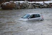 Der Mann im Auto wird flussabwärts getrieben. (Bild: Luzerner Polizei)