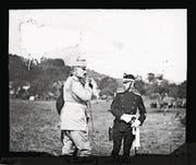 Kaiser Wilhelm II. und Bundesrat Arthur Hoffmann (rechts) im Gespräch an den «Kaisermanövern» 1912. (Bild: Staatsarchiv St. Gallen)