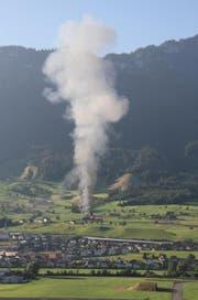 Die Rauchwolke war von weitem her gut sichtbar. (Bild: Leserbild Brigitte Schöllmann)