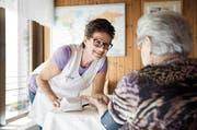 Spitex-Dienstleistungen sind gefragt. Im Bild: Die Pflegeassistentin Doris Ottiger misst am Wohnsitz einer Patientin in Root den Blutdruck. (Bild: Manuela Jans-Koch / Neue LZ)