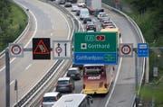 Wegen eines Pannenfahrzeuges staut sich der Verkehr am Gotthard in beiden Richtungen. (Symbolbild Keystone / Urs Flüeler)