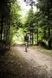HansPeter Hürlimann (53) ist der neue Präsident der Luzerner Wanderwege. Hier ist er im Meggerwald unterwegs. (Bild Manuela Jans)