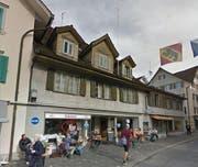 Der Heimatschutz wehrt sich gegen den Abriss der Häuser am unteren Dorfplatz in Stans. (Bild: Google Maps)