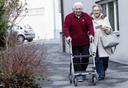 Cäsar und Adelheid Theresia Rossi auf dem Weg zur Post. Sie will den Brief an das Strassenverkehrsamt einwerfen. (Bild: Werner Schelbert (Hünenberg, 13. Dezember 2017))
