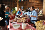 Üppiges Brunchbuffet auf dem Fohrenhof der Familie Felder in Kleinwangen. Hier findet seit 2011 ein 1.-August-Brunch statt. (Archivbild Corinne Glanzmann)