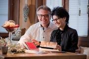 Einstimmung auf Weihnachten: Stefan und Ursi Roth beim Lesen von Weihnachtskarten in ihrer Stube in Littau. (Bild: Dominik Wunderli / Neue LZ)