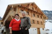 Margrith und Paul Näpflin haben ihr Haus in Wolfenschiessen, welches unter Denkmalschutz steht, frisch saniert. (Bild Corinne Glanzmann/Neue NZ)