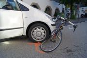 Der Rennvelofahrer, der in dieses Auto prallte, blieb glücklicherweise unverletzt. (Bild: Zuger Polizei)