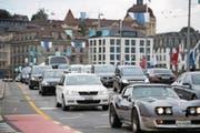 Der dichte Verkehr in der Stadt Luzern – hier auf der Seebrücke – sorgt für viel Unzufriedenheit. (Bild: Corinne Glanzmann (Luzern, 21. August 2017))