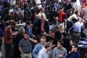 Gestrandete Fluggäste am Flughafen: Ihre Flüge wurden gestrichen. (Bild: Archiv Neue LZ)