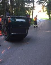 Beamte der Polizei Zug sichern die Unfallstelle auf der Blickensdorferstrasse in Steinhausen. (Bild: Zuger Polizei)