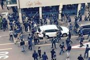 Zürcher Chaoten wüten mit Eisenstangen vor dem Café Volta in der Voltastrasse. Kurz darauf kommts zu Krawallen. (Bild: PD)