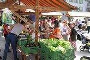 Wochenmarkt in Schwyz: Der Hauptplatz wird nicht mehr für den Verkehr temporär gesperrt. (Bild: PD)