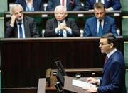 PiS-Chef Jaroslaw Kaczynski (Mitte) wacht über die Regierungserklärung von Mateusz Morawiecki. (Bild: Alik Keplicz/AP (Warschau, 12. Dezember 2017))