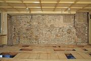 Der Täfer wurde gelöst und zum Vorschein kam dieses alte Mauerwerk im Restaurant Taube. (Bild: pd/Knaton Zug/Armin Thuerig)