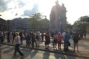 Pendler warten am Bahnhof auf Busse, die nicht kommen. (Bild: Stefanie Nopper / luzernerzeitung.ch)
