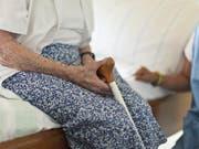 Die Initiative strebt eine Änderung des Pflegefinanzierungsgesetzes an (Symbolbild). (Bild: Keystone)