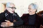 Magdalena Scherrer (links) und Maria Di Iorio zeigen ihr originelles gemeinsames Kunstprojekt. (Bild: Jakob Ineichen (Zug, 14. Oktober 2017))