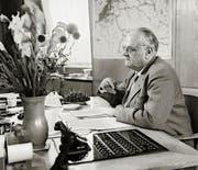 Der Migros-Gründer Gottlieb Duttweiler in seinem Büro in Zürich. (Bild: Archiv / Keystone)
