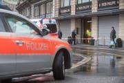 Beim Raubüberfall am Sonntag bei Gübelin wurde eine Person verletzt. (Bild: Boris Bürgisser (Luzern, 10. September 2017))