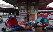 Kein Platz: Flüchtlinge schlafen in Paris unter einer Brücke. (Bild: Christophe Archambault/AFP (Paris, 29. Juni 2017))