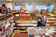 Souvenirkauf im Stadtluzerner Geschäft Casagrande. Der touristische Detailhandel erzielt 19 Prozent der Wertschöpfung. (Bild: Philipp Schmidli / Neue LZ)