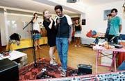 Unter der Leitung Jasmin Lötschers musizieren die Teilnehmer des Klangateliers. (Bild: Stefan Kaiser (Zug, 7. August 2017))