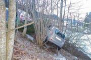 Das Auto kam aufgrund der vereisten Fahrbahn von der Strasse ab und kam an einem Baum zum Stillstand. (Bild: Kantonspolizei Obwalden)