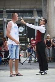 Komiker César Dias mit einem Mann aus dem Publikum. (Bild: Jakob Ineichen (Luzern, 18. Juli 2017))