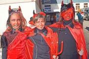 Drei wahre Teufelchen: Samira, Dario und Michelle (von links). (Bild Romano Cuonz)