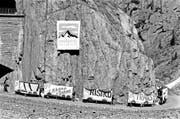 Protestaktion vor der Abstimmung der Promotoren der Alpenschutzinitiative in der Schöllenenschlucht. Bild: Keystone (Schöllenenschlucht, 5. August 1989)
