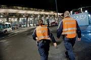Sie sollen Unterstützung erhalten: Zwei Mitarbeitende der Luzerner Polizei auf Fusspatrouille beim Bahnhofplatz. (Bild: Pius Amrein / Neue LZ)