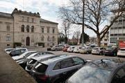 Dass diese Parkplätze aufgehoben werden sollen, ärgert den Gewerbeverein der Stadt Zug. (Bild: Stefan Kaiser (Zug, 20. Februar 2017))