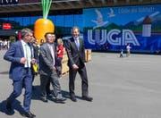 Regierungspräsident Reto Wyss und Geng Wenbing, Boschafter der Volksrepublik China in der Schweiz, vor der Luga, begleitet von Staatsschreiber Lukas Gresch-Brunner (v.r.n.l.). (Bild: Staatskanzlei Luzern)