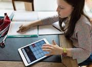 Ein Tablet als Hilfe bei der Mathematik-Aufgabe. (Bild: Gaetan Bally/Keystone (Zürich, 13. März 2016))