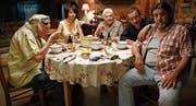 Valentin D. (Dany Boon, Zweiter von rechts) wird von seiner Familie heimgesucht. (Bild: Pathé Films)