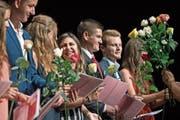 Absolventen des Fach- und Wirtschaftsmittelschulzentrums freuen sich im KKL über ihre Zeugnisse. (Bild: Corinne Glanzmann (Luzern, 3. Juli 2017))