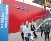 Die S-Bahn fährt zur Station Schutzengel, von wo aus man zu Fuss schnell zum Messeeingang gelangt. (Bild: Daniel Frischherz)