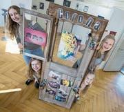 Sara Felder (von links, im Uhrzeigersinn), Stefanie Emmenegger, Stefanie Isenegger und Nicole Lötscher präsentieren an den Jugendkulturtagen ihr gemeinsames Werk. (Bild: Pius Amrein (Schüpfheim, 3. April 2017))