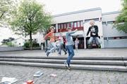 In zehn Tagen geht es wieder los: Kinder vor dem Schulhaus Wiesental in Baar. (Bild: Werner Schelbert (Symbolbild, 11. April 2017))
