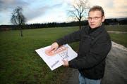 Sepp Amrein mit dem Plan vor dem Feld, auf dem er das Ausbildungszentrum für Neulenker realisieren möchte. (Bild Manuela Jans/Neue LZ)