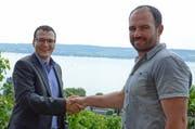 Klostervertreter Daniel Amstutz (links) gratuliert Beat Burkhardt zur Auszeichnung «Winzer des Jahres». (Bild: PD)