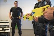 In einer zweitägigen Ausbildung lernen die Luzerner Polizisten alle Funktionen des Tasers kennen. (Bild: Dominik Wunderli (Emmenbrücke, 17. Januar 2018))