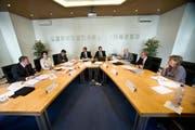 Die Nidwaldner Regierung (im Bild an der ersten Sitzung der neuen Legislatur) darf nach Katar fliegen. (Bild Corinne Glanzmann)