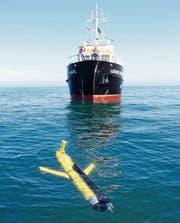 Ein Glider vor der «Ludwig Prandtl», ein Schiff des Instituts für Küstenforschung. (Bild: Raimo Kopetzky/HZG)