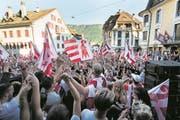 Die Befürworter des Kantonswechsels feiern ausgelassen auf den Strassen von Moutier. (Bild: Jean-Christophe Bott/Keystone (18. Juni 2017))